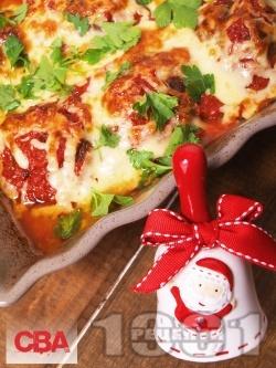 Пълнени кюфтета с плънка от бекон, кисели краставички и царевица в доматен сос и кашкавал на фурна - снимка на рецептата